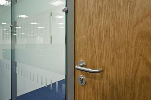 Flush glazed partition system
